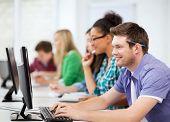 conceito de educação - estudante com computadores, estudando na escola