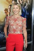 LOS ANGELES - 12 de ago: Julianne Hough en el estreno de 'pantalla gemas & Constantin Films ' The Mortal