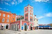 Torre del reloj en el casco antiguo de Porec. Península de Istria, Croacia.