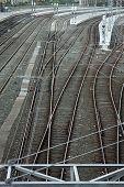 Eisenbahnschienen und Oberleitung