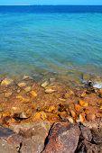 Costa rochosa praia turquesa do mar oceano