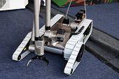 Pequeno robô militar nos campos de exército