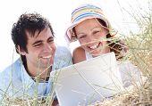pareja joven con ordenador portátil