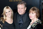 HOLLYWOOD, CA. - 7 december: Mark Hamill (mid) en gasten aankomen bij de Los Angeles premiere van The Fight