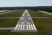 Start-und Landebahn Ansatz auf einem ländlichen Flughafen im Osten der Vereinigten Staaten.