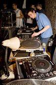 Estado de Rogue DJ e do MC apresentando-se em Festiva de respeito de Exeter