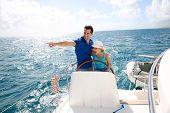 Casal jovem, navegando em um iate no mar do Caribe