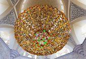 ABU DHABI, Emirados Árabes - 28 de novembro: Candelabro dentro Mesquita Sheikh Zayed Grand em Novem