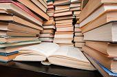 Pilas de libros sobre la mesa negro