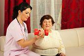 Terapeuta ajudando Senior para fazer exercícios
