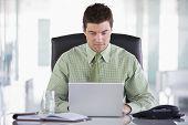 Empresario sentado en la oficina con Organizador Personal y portátil