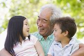 Abuelo riendo con los nietos.