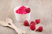 cremige Eis Joghurt mit ganzen Himbeeren gefroren