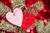Herzen am Weihnachtsbaum und rotem Hintergrund