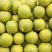 grüne frische Limette geheftet auf dem Markt