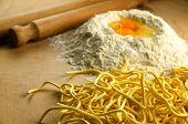 Постер, плакат: Свежие макароны итальянские спагетти Алла chitarra с ингредиентами и инструменты