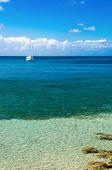 Alquiler de barcos en el agua azul
