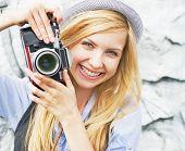Retrato de Hipster garota fazendo foto com câmera Retro a sorrir