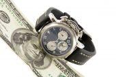 Tempo é dinheiro. Relógio e nota de cem dólares