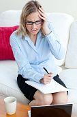 Empresária zangada sentado em um sofá