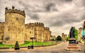 pic of plinth  - Statue of Queen Victoria and walls of Windsor Castle  - JPG