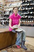Frau versuchen Stiefel für Größe