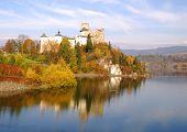 Middeleeuws kasteel van Dunajec in Niedzica door meer Czorsztyn, Polen