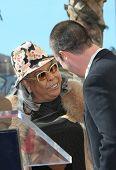 LOS ANGELES, CA - DEC 14: Freddie Prinze Jr.; Della Reese bei einer Zeremonie, wo Freddie Prinze Ehre ist
