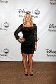 Los Angeles aug 7: Elisha Cuthbert Ankunft in der Disney / Abc-Fernsehen Gruppe 2011 Sommer-Pres
