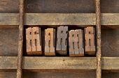 ligadura - bloquea la impresión tipográfica de madera vintage en un viejo cajón typesetter de grunge