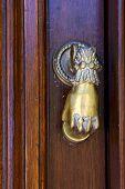 Aldaba en una puerta cerrada en Uruguay