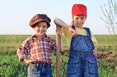 Dos niños con la pala en el campo