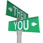 Die Worte Ihnen und ihnen auf einem bidirektionalen Straßenschild Wahl zwischen Ihnen und einem Competito symbolisieren