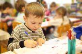 Desenho menino no jardim de infância