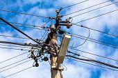 Mast electrical voltage
