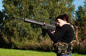 Linda menina com uma arma
