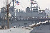 HOBOKEN, NJ el 23 de mayo: El buque de guerra USS Wasp (LHD 1) va más allá de un gran velero río Hudson durante