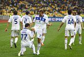 FC Dynamo Kyiv jugadores celebran después de un gol