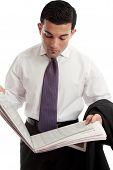 Empresário leitura estoques e preços de ações em jornal
