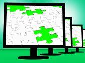 Puzzle inacabado en monitores muestra piezas faltantes