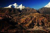 Picos del Huandoy (6395m) y el pueblo de Yungay en el valle del río Santa, Cordillera Blanca, Perú, Sudamérica