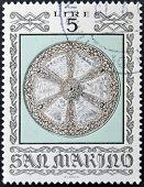 selo imprimido em San Marino dedicado para armas antigas do Museu Cesta mostra combate escudo