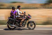 KERALA, INDIA - el 17 de febrero: Familia de joven montado en una bicicleta de 17 de febrero de 2013 en Kerala, India. Motor