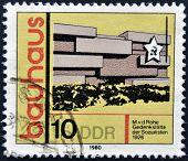 Eine Briefmarke gedruckt in DDR (DDR) zeigt Gebäude, Ehren Bauhaus Architektur-Schule