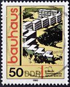 Briefmarke gedruckt in DDR (DDR) zeigt Bauhaus Architektur Gewerkschaft Schule