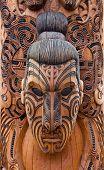 Maori Schnitzen in Rotorua, Neuseeland