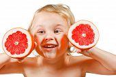 Kleiner Junge mit einem rosa grapefruit