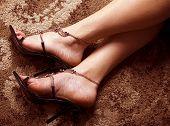 Pés de mulher em sapatas