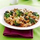comida chinesa - frango e brócolis salteados
