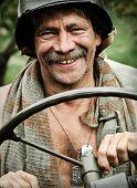 Militärische Portrait lächelnd Mannes Jeep fahren